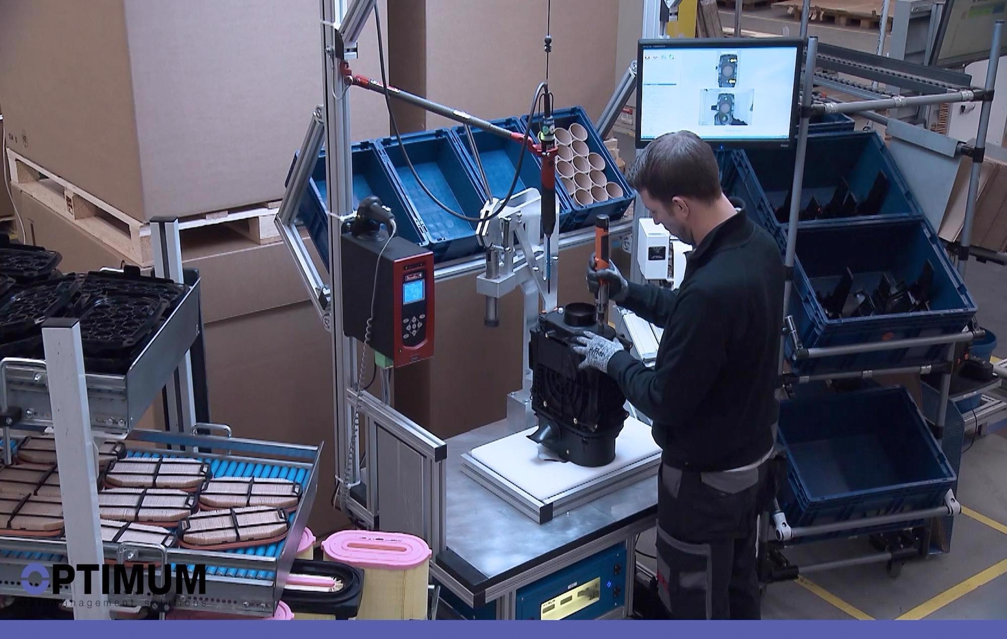 """The intelligent assembly assistance system """"Smart Klaus"""" guides employees step by step with digital assembly instructions."""