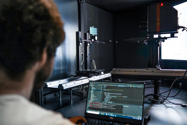 Inside DXOMARK's Display Bench, featuring a Radiant ProMetric® I Imaging Colorimeter, multi-axis robotic mounting equipment, and LED array to emulate lighting in use-case scenarios.